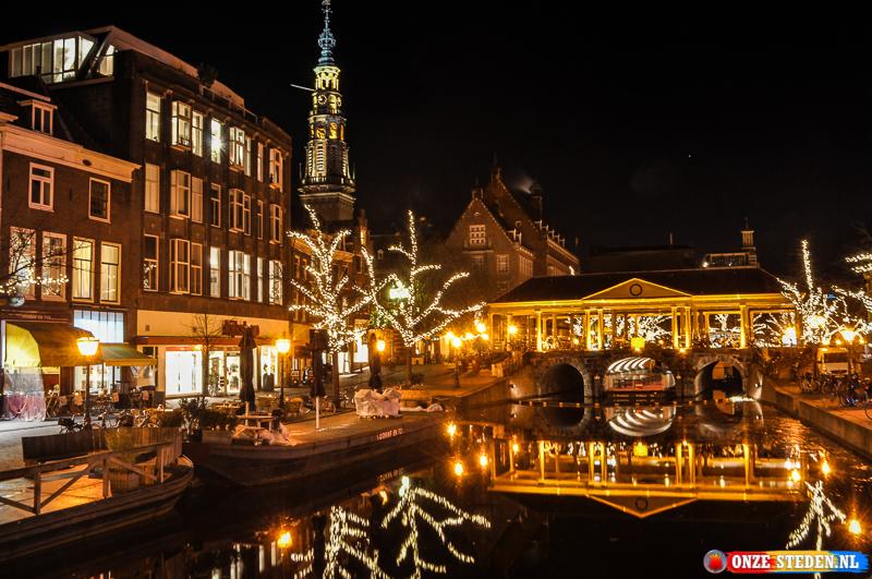 Gracht met terrassen in Leiden